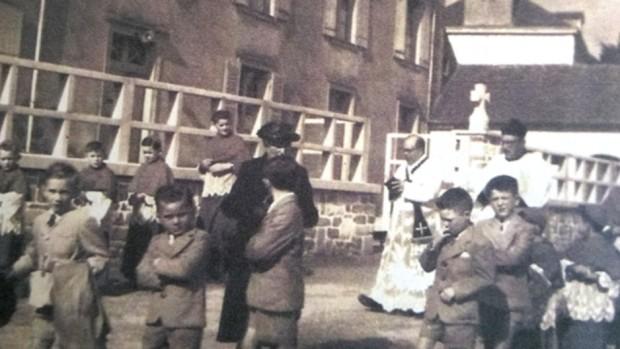 170609 Melle Dolivet et les enfants du catéchisme en procession