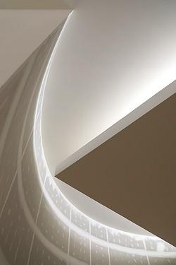 Dans l'église, la lumière descend entre la courbe du mur et la plafond carré, symbole de l'Alliance entre la Terre et le Ciel