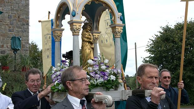 La statue de Notre-Dame de La Peinière portée en procession