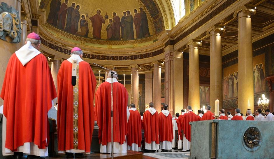 L'Archevêque et les prêtres du diocèse