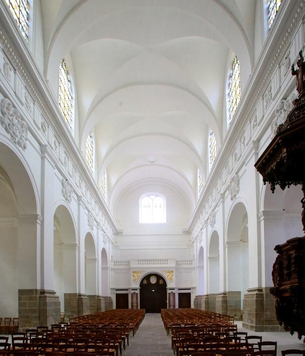 L'intérieur de l'église entièrement traité à la chaux