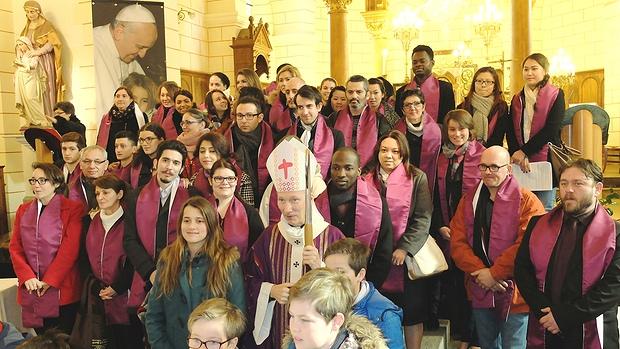 Appel décisif 2016 : les catéchumènes entourent Mgr d'Ornellas après la célébration