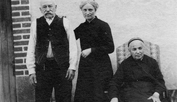 Léontine avec ses parents