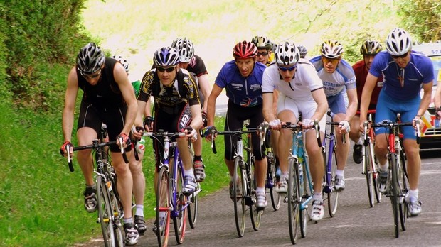 Pour faire la Clergeronne – est une véritable course cycliste – les prêtres et religieux laissent tomber la tenue de service !