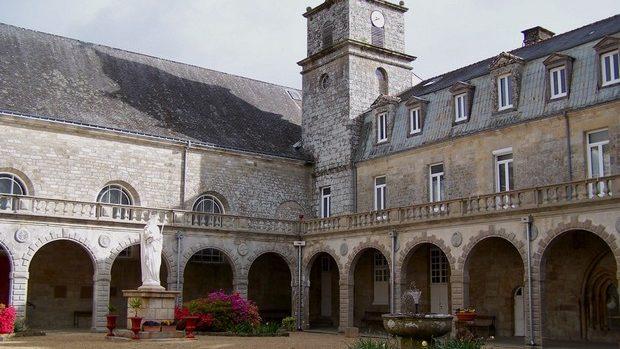 Cloître de l'abbaye de Langonnet