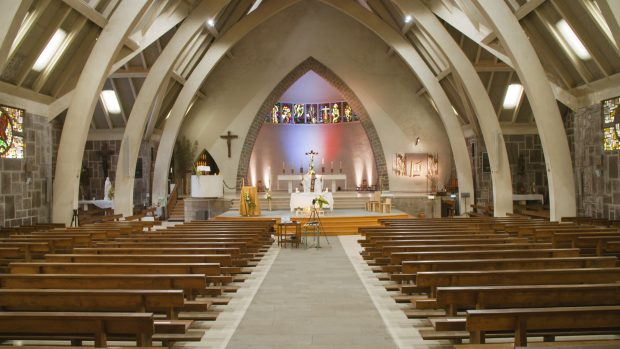 Le Fr. Thibaut du Pontavice célèbre seul la messe dans l'église St-Martin de Bruz retransmise en direct sur le site de la paroisse