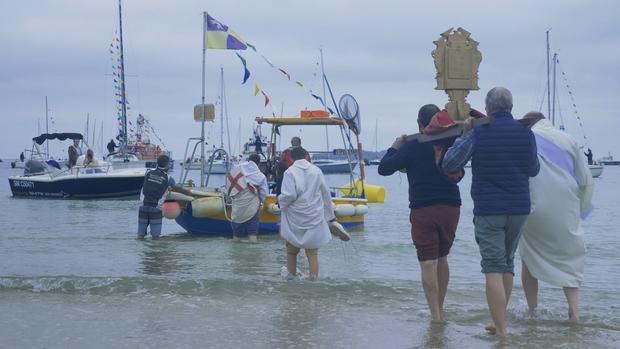Les reliques de saint Léonore partent sur le bateau