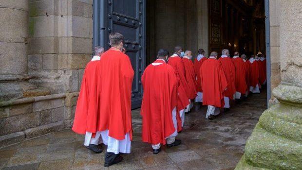 Prêtres en procession d'entrée Cathédrale de Rennes