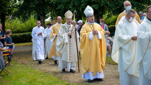 Procession dentrée : Mgr dOrnellas, Mgr Joly et Père Gazeau