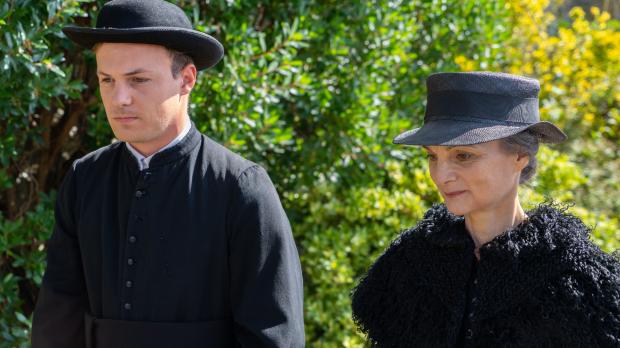 Léontine et le vicaire déambulent- le film