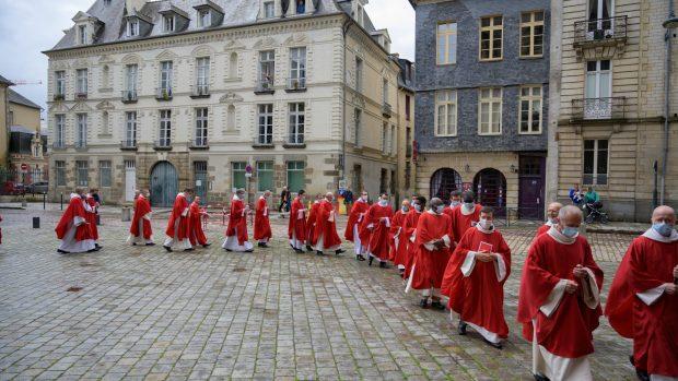 Procession de prêtres parvis cathédrale
