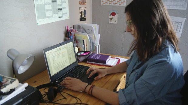 Marion Capelain, professeur d'allemand à Redon, enseigne de chez elle pendant le confinement
